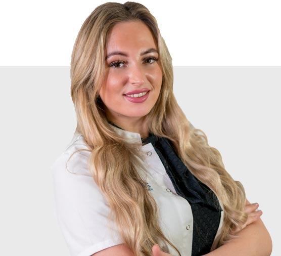 Assistent Yamila helpt de arts bij haartransplantaties tegen kaalheid mannen en vrouwen bij Visus Haarkliniek