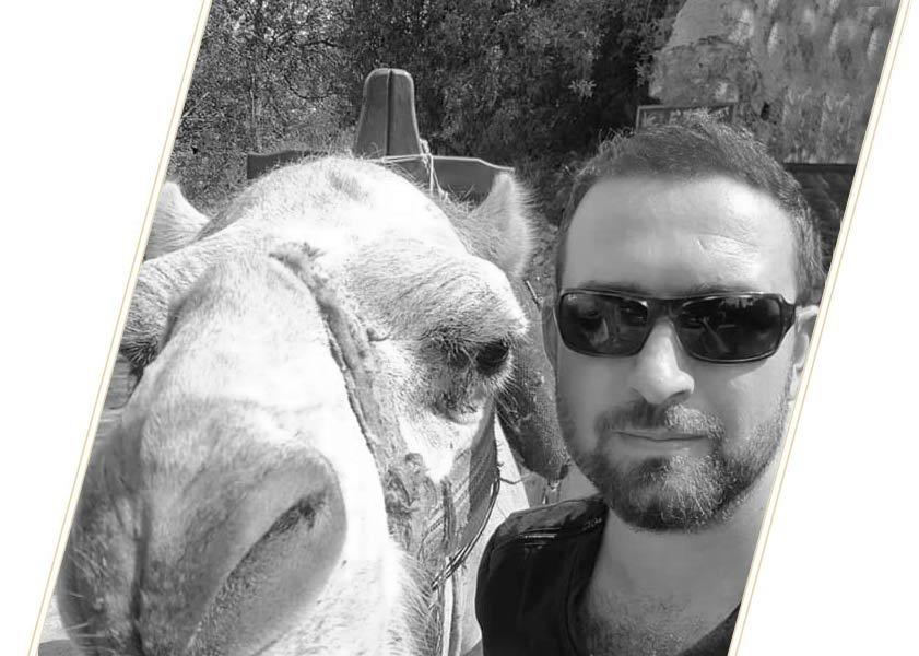 Patiënt na haartransplantatie die poseert met een kameel